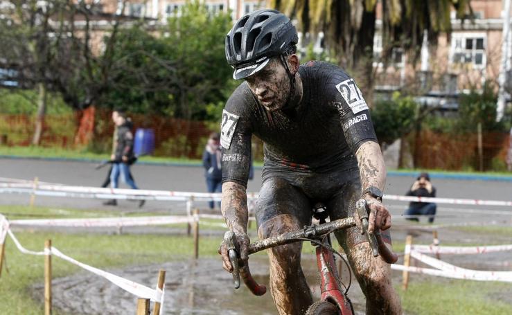 El regional de Ciclocross en Torrelavega pasado por agua y barro