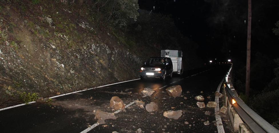 Un desprendimiento de rocas corta un carril de la N-621