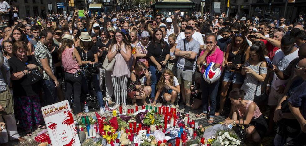 Los terroristas de Barcelona en un vídeo en la Torreo Eiffel: «Españoles, vais a sufrir»