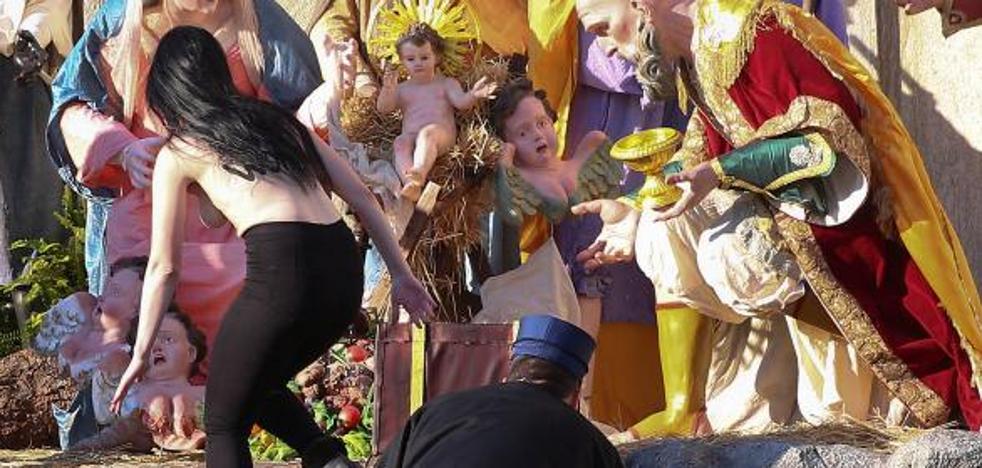 Una activista de Femen intenta llevarse al niño Jesús del Vaticano