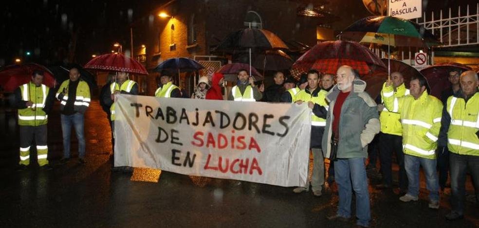 Trabajadores de Sadisa comienzan una huelga indefinida por el cambio en la contrata del traslado de piedra en Solvay