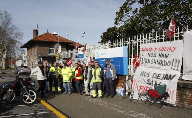 El personal que transporta piedra para Solvay mantiene la huelga indefinida