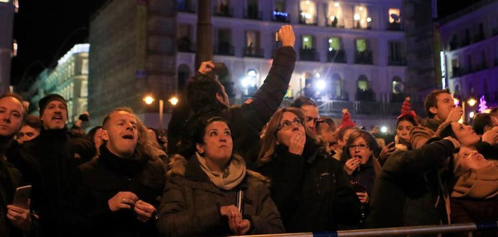 Unas 20.000 personas ensayan las campanadas en la Puerta del Sol