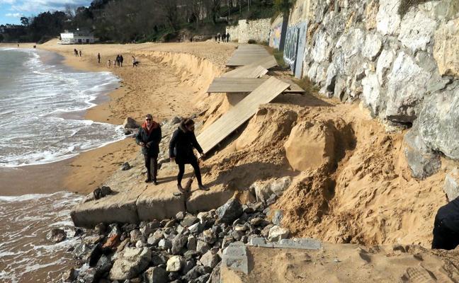 El temporal marítimo de Año Nuevo se ensaña con la playa de La Magdalena