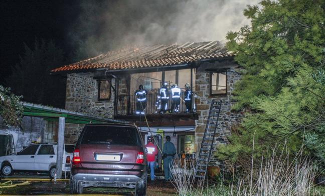 Los técnicos evalúan el estado de la casa que se quemó el martes en Gama