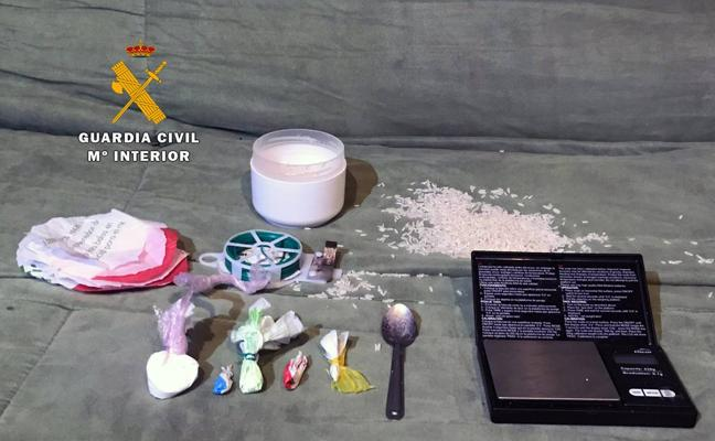 La Guardia Civil encuentra cocaína y marihuana ocultas en un local de alterne de Laredo