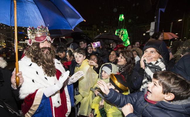 Los Reyes Magos llegan bajo la lluvia