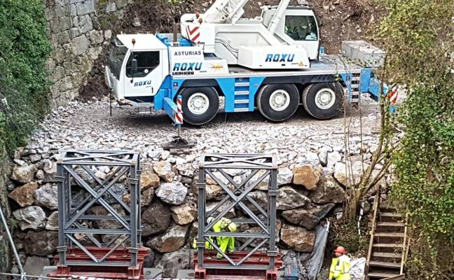 Una grúa coloca ya los nuevos pilares del puente de Lebeña, en el Desfiladero