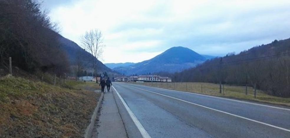 Puigdemont difunde una imagen de una carretera de un pueblo de Gerona cercano a la frontera