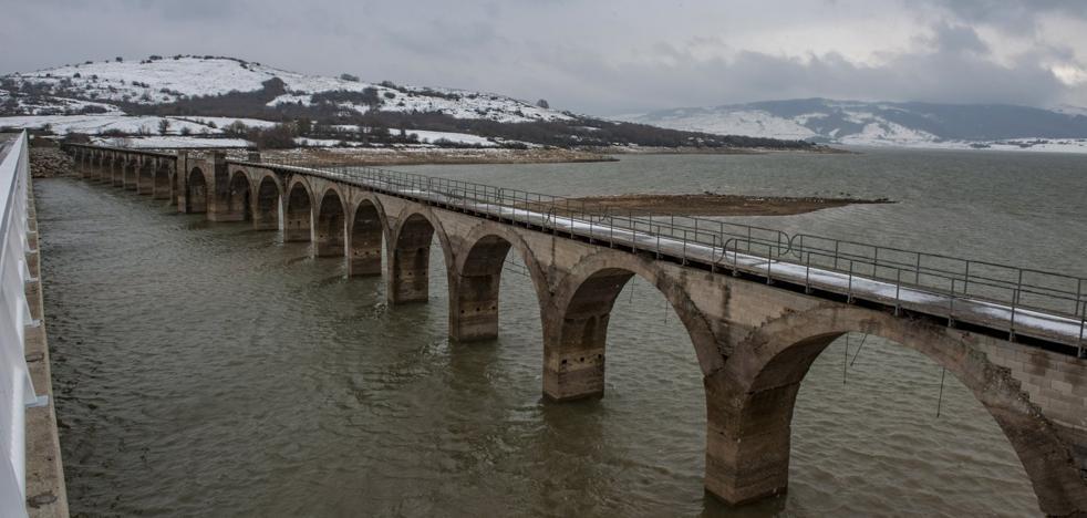El pantano del Ebro, mejor que hace un año, pero lejos de recuperarse