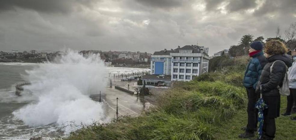 Cantabria vuelve a estar hoy en alerta naranja, pero esta vez por grandes olas