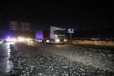 Un camión pierde parte de su cargamento de grava y deja la A-67 atascada durante más de dos horas