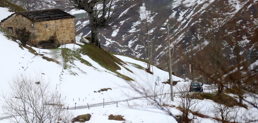La nieve complica el tráfico en la A-67, entre Reinosa y Mataporquera
