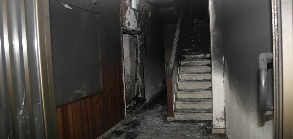 Tres heridos tras un incendio en un bloque de viviendas en la Puebla Vieja de Laredo