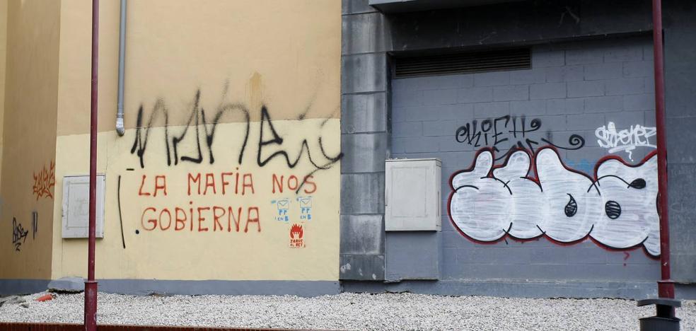 Torrelavega se llena de pintadas y grafitis