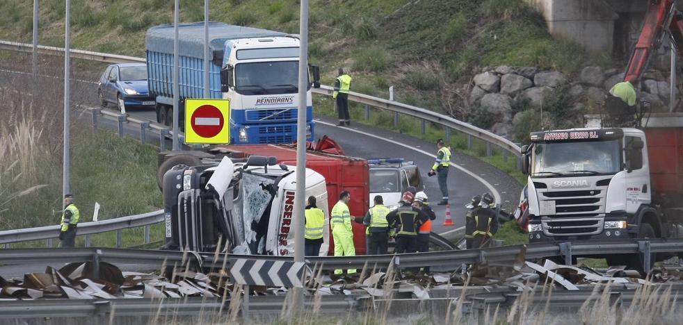 La salida hacia Palencia en la A-67, en Torrelavega, ha estado casi cinco horas cortada por el vuelco de un camión
