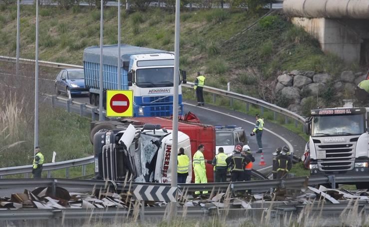 Camión volcado en Torrelavega