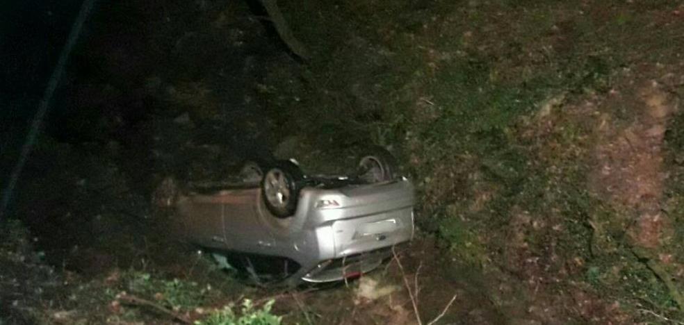 Aparece un coche volcado sin conductor en La Cavada