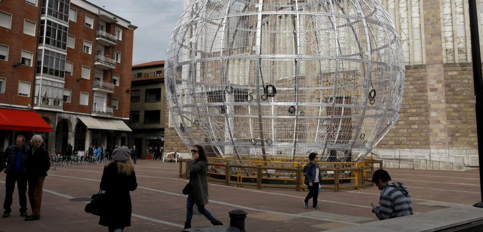 La bola de Navidad y la pista de hielo de Torrelavega permanecen 15 días después de las fiestas