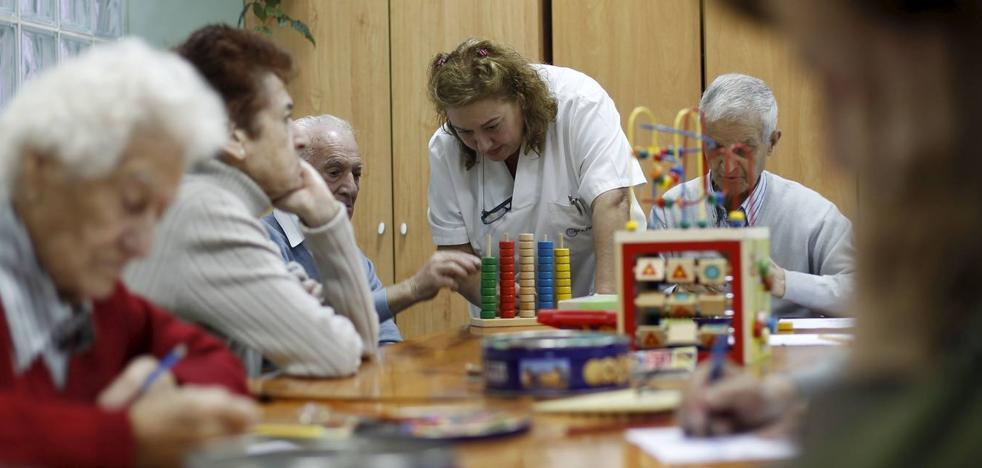 Dos millares de cántabros están a la espera de recibir las ayudas a la dependencia