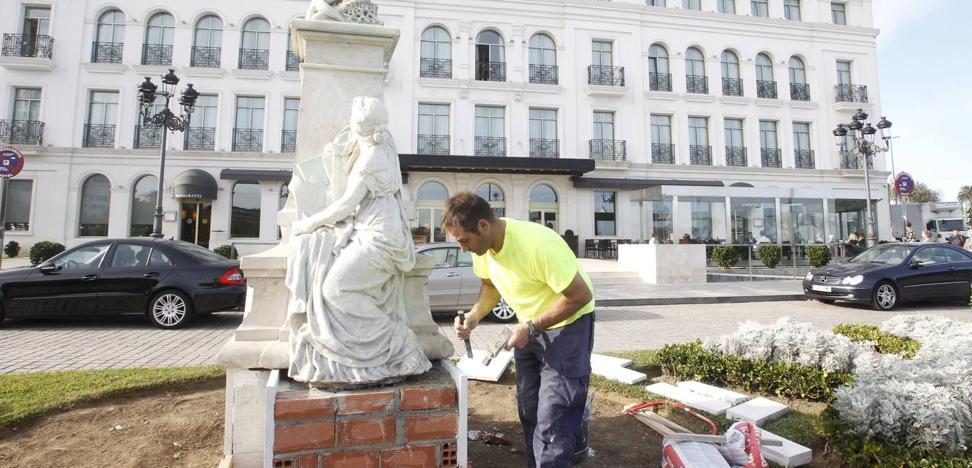 El brazo del monumento a González Linares fue retirado por orden de la restauradora