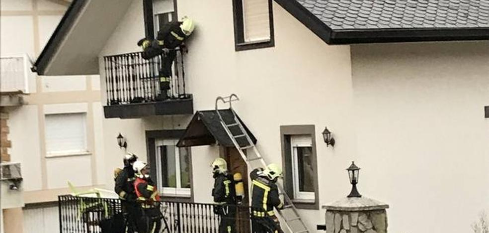 Los bomberos rescatan a una pareja y a sus dos perros, confinados en el balcón al incendiarse su casa en Ontón