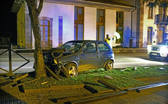 Un conductor «despistado» se estrella contra un árbol en Ruente