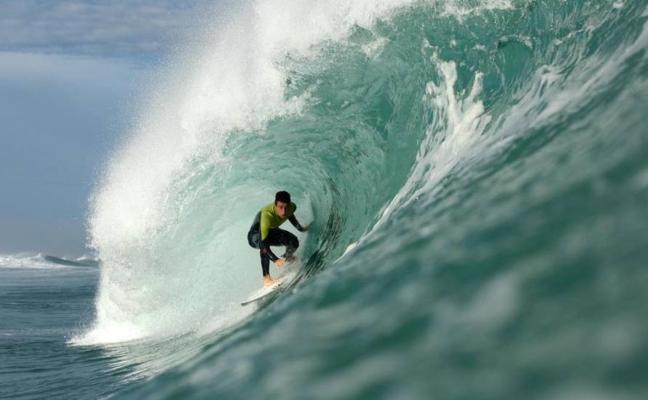 El campeonato de surf de Laredo rectifica y dará los mismos premios a hombres y mujeres