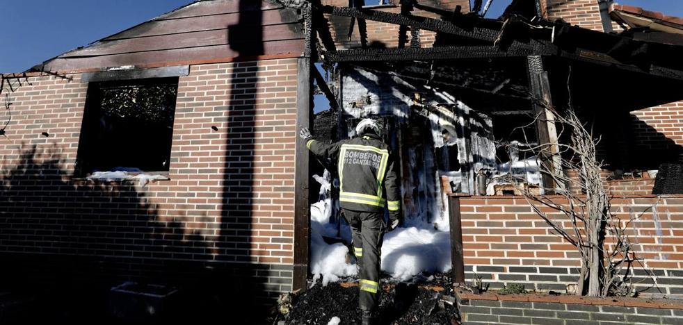 Una vivienda queda completamente destruida por un incendio en La Revilla