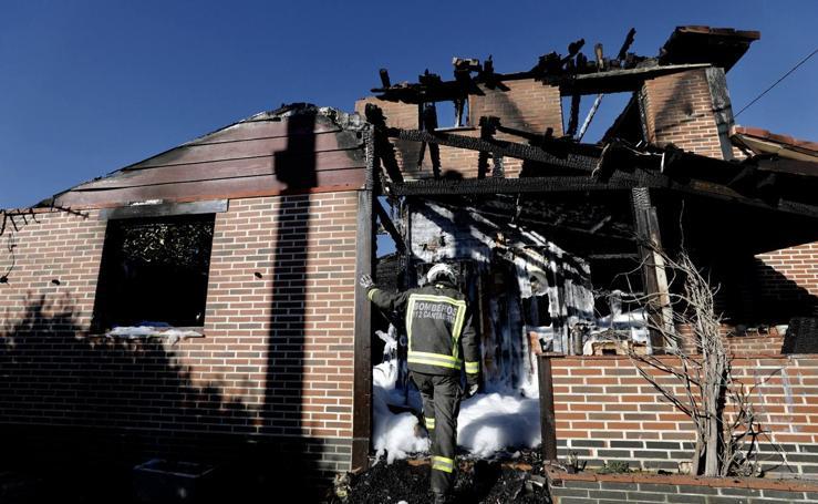 Un incendio destroza una vivienda en La Revilla
