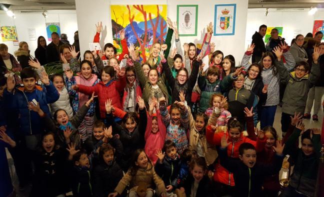 Los alumnos del colegio Pereda de Los Corrales pintan por los derechos del niño