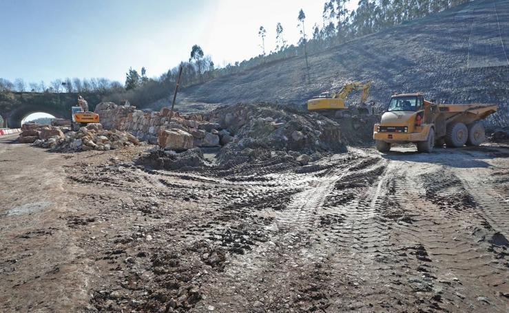 Trabajos para retirar las toneladas de tierra en Caviedes y para construir una escollera