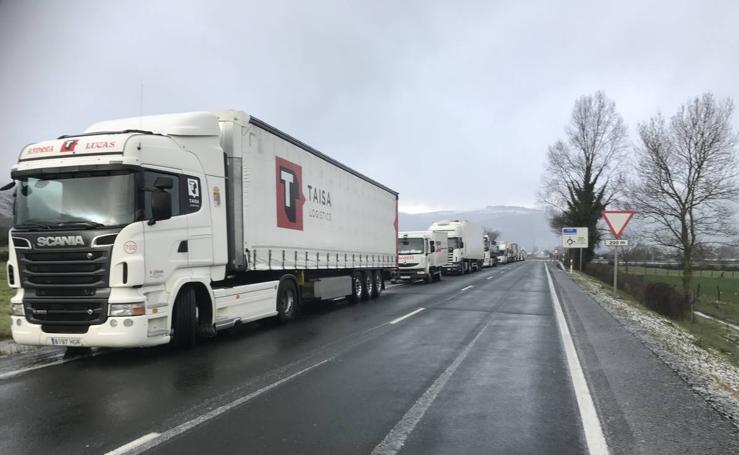 Convoy de camiones saliendo de Arenas de Iguña al reabrirse al tráfico la A-67
