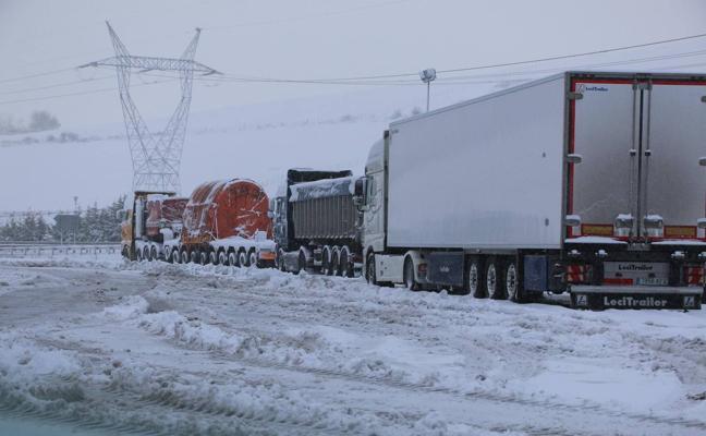 Los camiones siguen embolsados en Reinosa, donde la nieve cubre los accesos a la ciudad