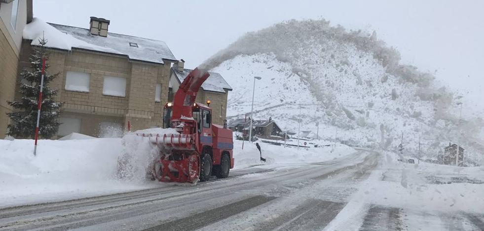 Carreteras abiertas, puertos cerrados y alerta naranja por nieve en Liébana