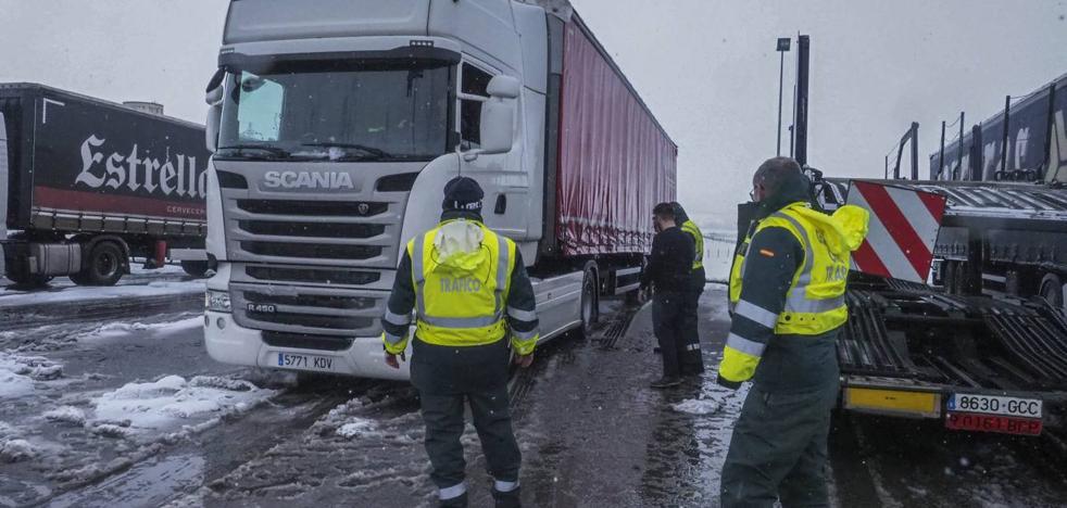 La A-67 sufre cortes intermitentes para camiones por las nevadas