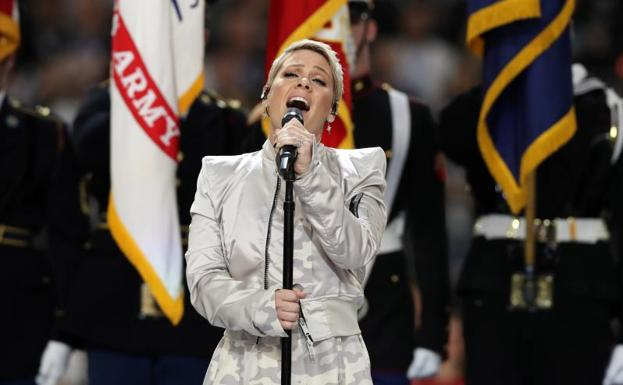 Pink, durante su interpretación del himno de Estados Unidos. /Matthew Emmons-USA TODAY Sports