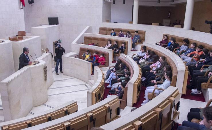 Revilla, en el Parlamento con un grupo de niños del colegio Sardinero