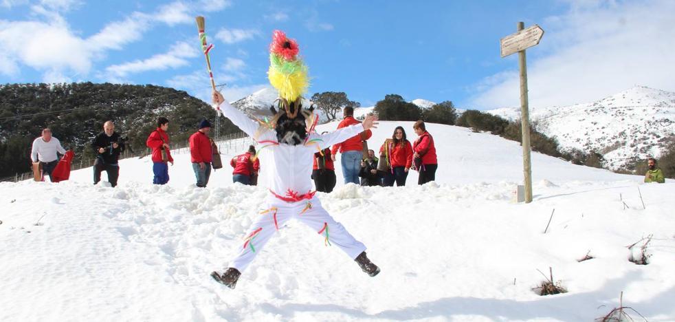 Zamarrones y campaneros, bajo la nieve de Piasca