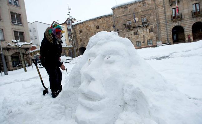 El nómada que ha dejado en Reinosa esculturas de nieve