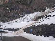 Un nevero se desprende y corta la carretera de acceso a Dobres y Cucayo