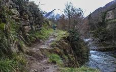 Vega de Pas reclama ayuda para arreglar un «peligroso» argayo en el sendero fluvial a La Engaña