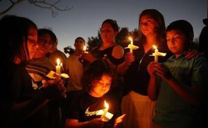 Luto y dolor en la vigilia por las víctimas de la masacre en la escuela de EE UU