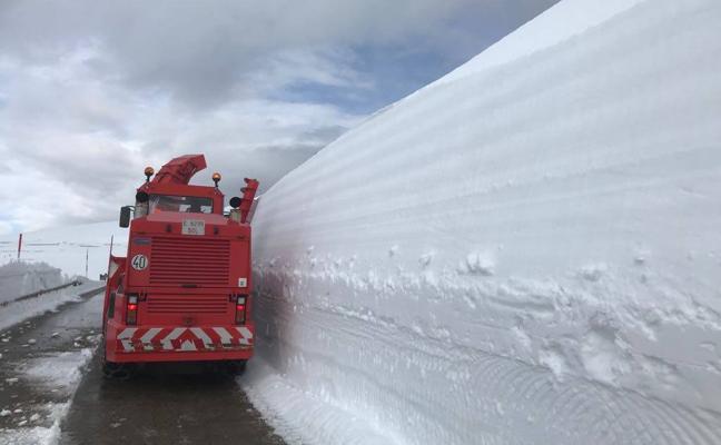 Las máquinas abren camino entre las murallas de nieve de Palombera