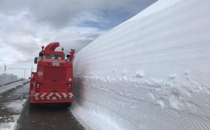 Abriendo camino entre murallas de nieve en Palombera