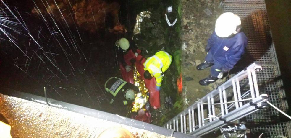 Los bomberos rescatan a dos hombres tras caer con su coche al río Asón