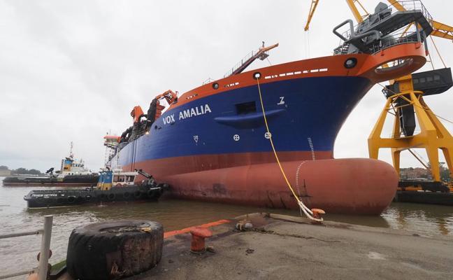 La draga holandesa 'Vox Amalia' ya está en Astander, donde se completará su construcción