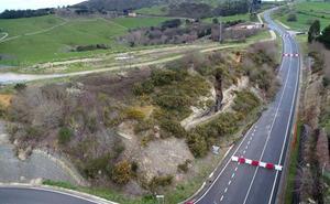 Un argayo de 50 metros corta al tráfico la variante de Santillana