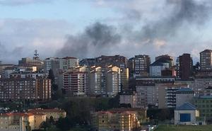El fuego en dos contenedores de basura produce una espectacular columna de humo en Santander