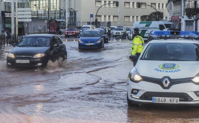 Una rotura inunda la calle Castilla